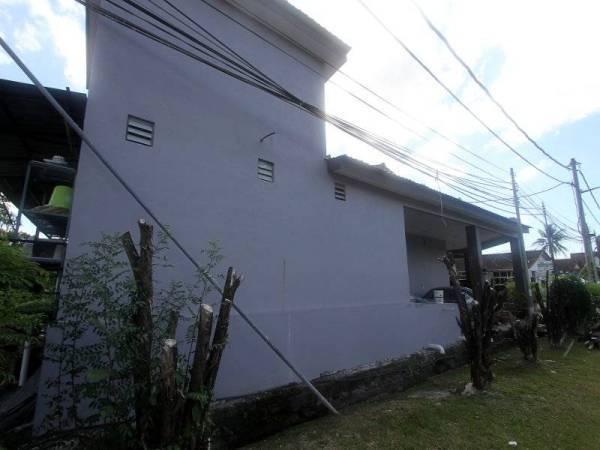Mohammad Hanif menunjukkan rumahnya yang dibina tidak mempunyai tingkap ketika tinjauan Bernama ke rumahnya di Taman Koperasi, Kangar baru-baru ini. - Foto Bernama