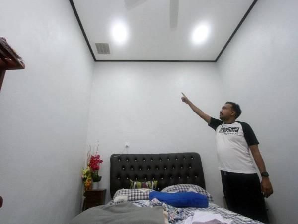 Mohammad Hanif menunjukkan salah sebuah bilik di kediamannya yang langsung tidak mempunyai tingkap ketika tinjauan ke rumahnya di Taman Koperasi, Kangar baru-baru ini. - Foto Bernama