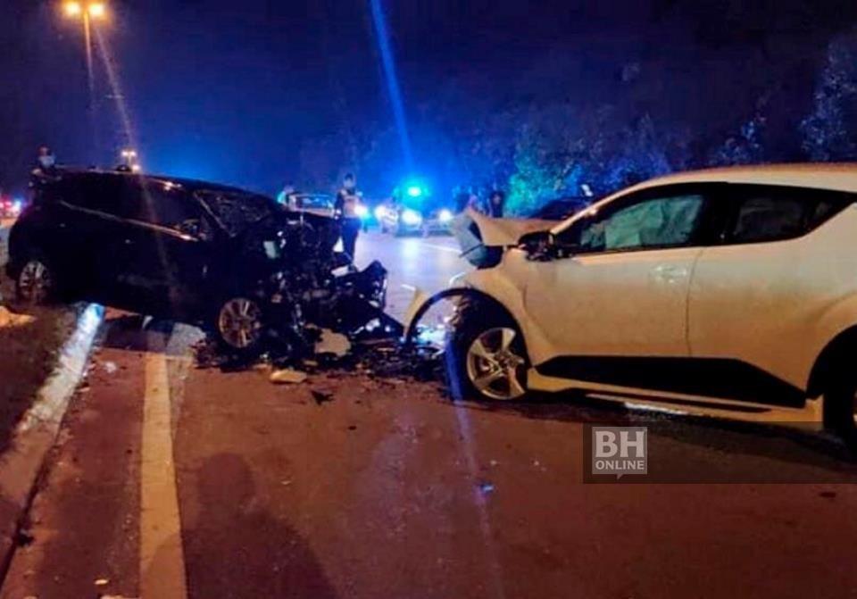 REMUK ... Kereta hitam dipandu oleh pekerja Alam Flora Irwan Herman Kamarudin, 41, maut selepas terlibat dalam kemalangan dengan seorang pemandu dipercayai mabuk di Jalan Kuantan-Gebeng berdekatan Kampung Bukit Rangin malam tadi. - Foto BERNAMA