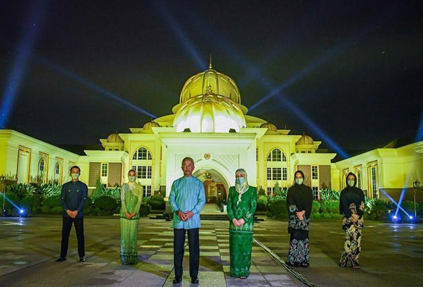 #LightItBlue: YDP Agong, Raja Permaisuri Agong turut zahirkan sokongan kepada petugas COVID-19