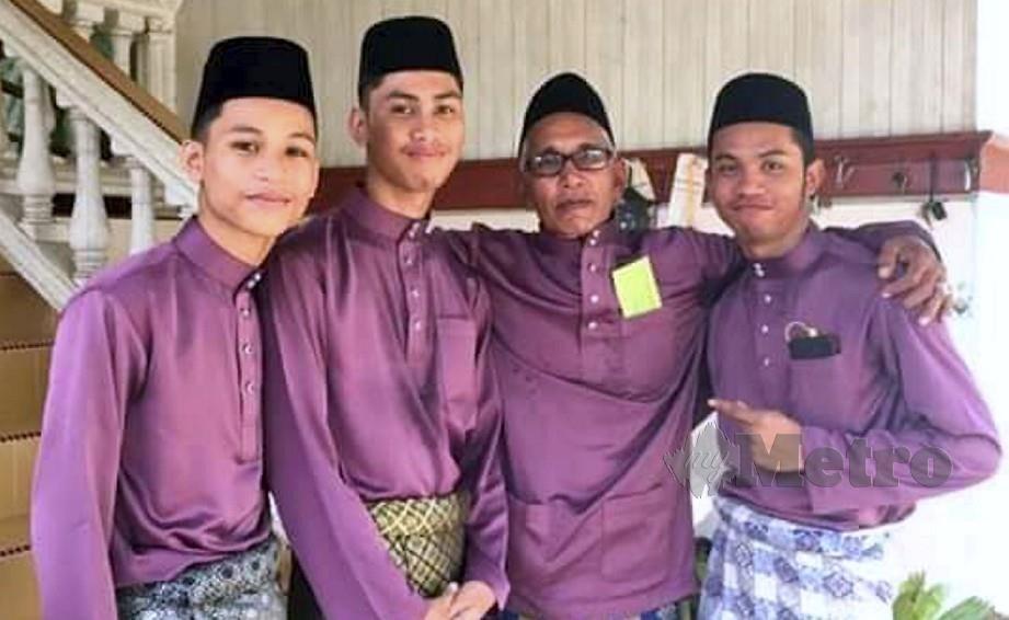GAMBAR terakhir Mohd Ismail (dua dari kanan) bersama tiga anaknya pada Aidilfitri lalu, sebelum mereka hilang dikhuatiri lemas. FOTO Ihsan keluarga.