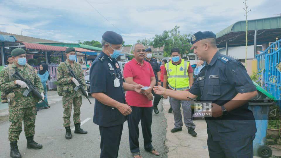 KETUA Polis Kedah, Datuk Zainuddin Yaacob (tiga dari kiri) memeriksa Mykad penghuni ketika melakukan pemeriksaan dari rumah ke rumah di Taman Saga, dekat Alor Setar. - NSTP/ Zuliaty Zulkiffli