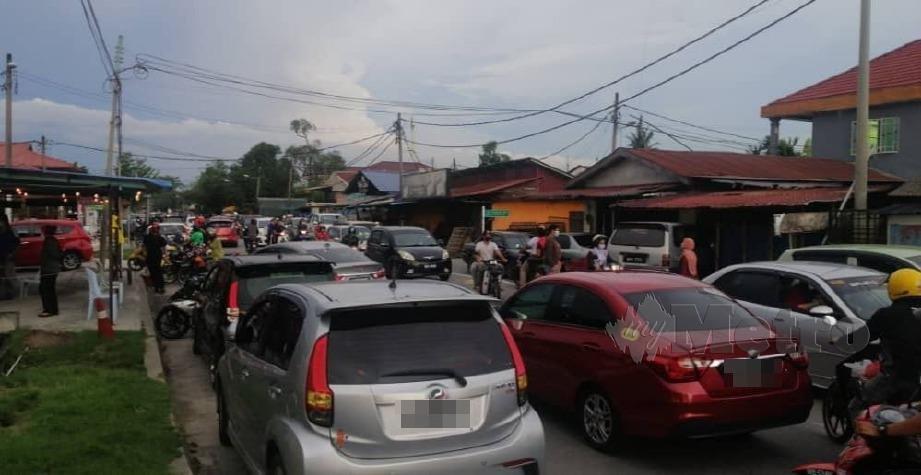 KEADAAN sesak di simpang masuk Jalan Mat Raji, Padang Jawa yang dikunjungi orang awam untuk membeli juadah berbuka puasa. FOTO RUWAIDA MD ZAIN