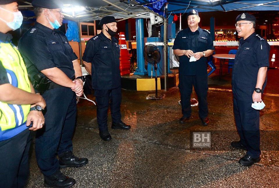 Ketua Polis Negara, Tan Sri Abdul Hamid Bador meninjau penugasan Sekatan Jalan Raya (SJR) di Plaza Tol Gombak. - Foto Fathil Asri