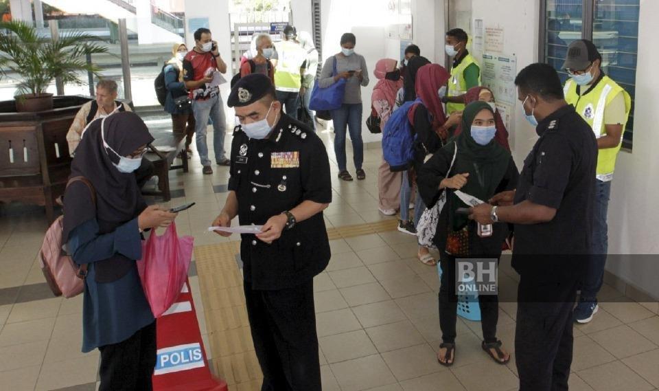 Ketua Polis Daerah Seberang Perai Utara, Asisten Komisioner Noorzainy Mohd Noor (dua dari kiri) memeriksa dokumen perjalanan orang ramai dalam Ops Pematuhan terhadap penumpang selepas menggunakan perkhidmatan komuter di Stesen Keretapi Tanah Melayu Berhad (KTM) Butterworth di sini. - NSTP/Danial Saad