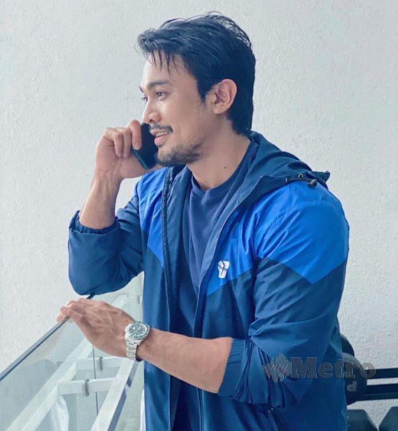 a man in a blue shirt: SAHARUL RIDZWAN