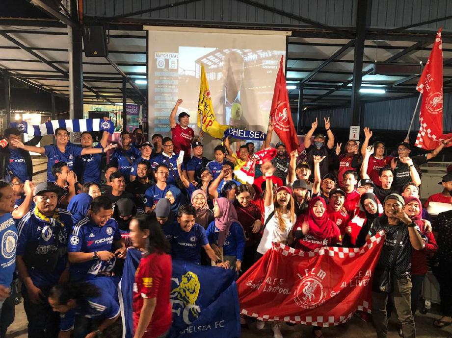 PENYOKONG LFCM bergembira selepas Liverpool dinobatkan juara EPL. FOTO ihsan Wan Diana