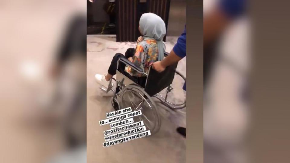 Rozita terjatuh selepas kain dipakai dipijak seorang pelakon tambahan ketika dalam penggambaran drama Dayang Senandung di sebuah hotel di Puchong, petang semalam. Foto IG Rozita Che Wan