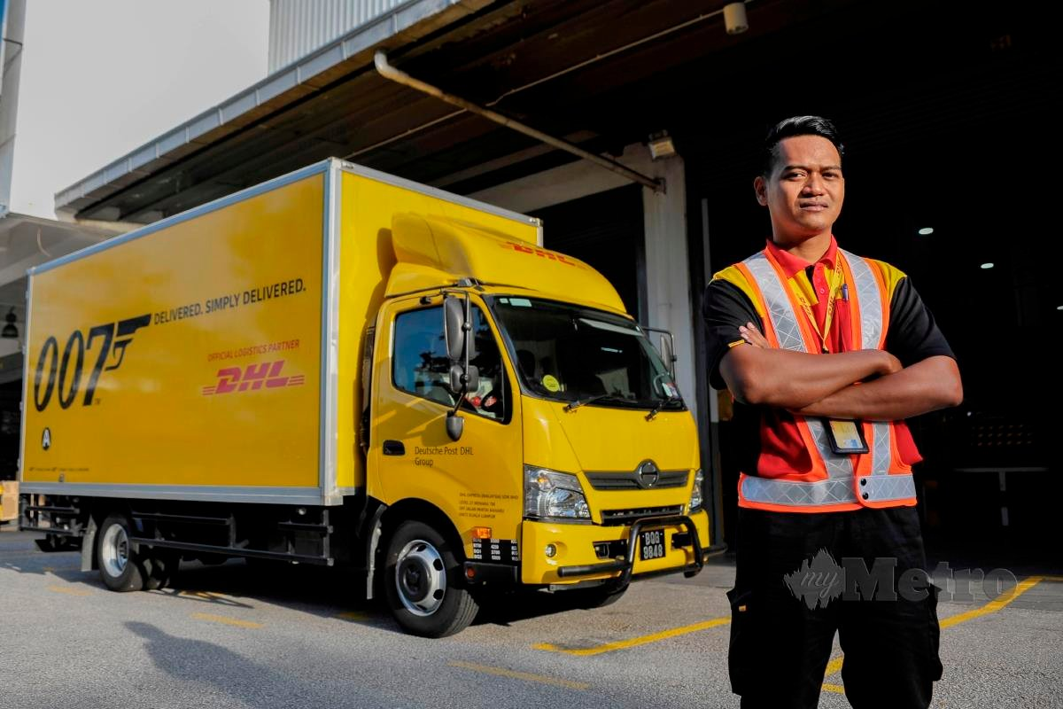 Pemandu lori DHL Express (Malaysia) Sdn Bhd, Zulkifli Zahadi yang diberi tanggungjawab membawa kumpulan pertama vaksin Pfizer-BioNtech Covid-19 pada hari Ahad lalu ketika temuramah di Shah Alam. FOTO AIZUDDIN SAAD