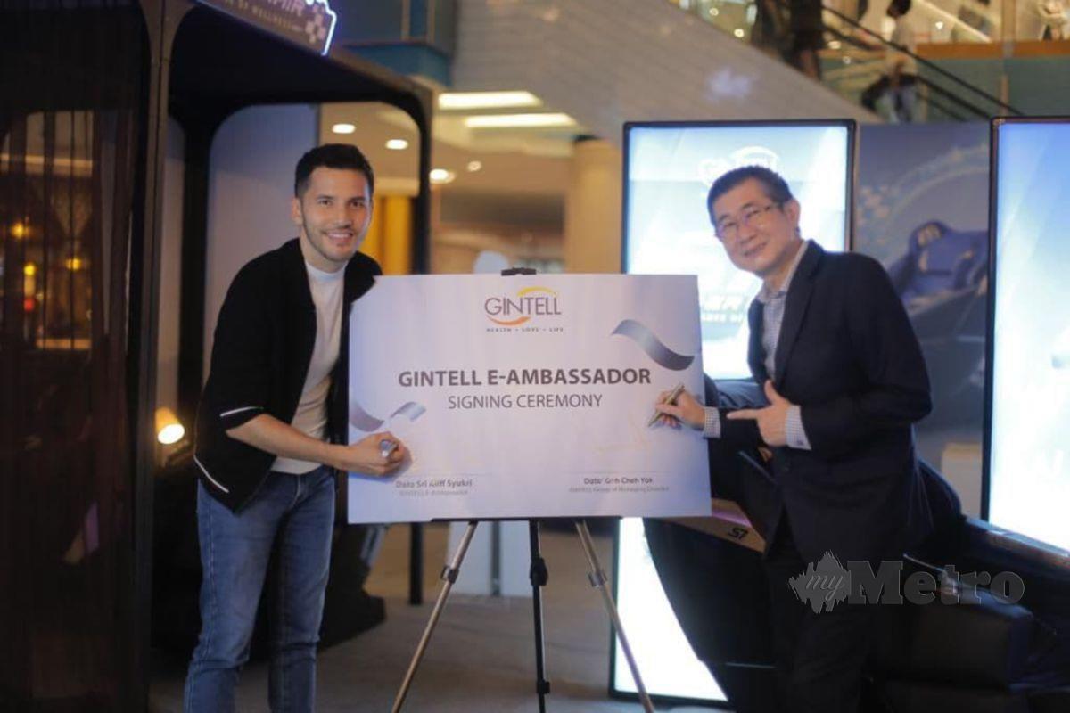 Aliff (kiri) bersama Pengarah Urusan Kumpulan Gintell, Datuk Goh Cheh Yak.