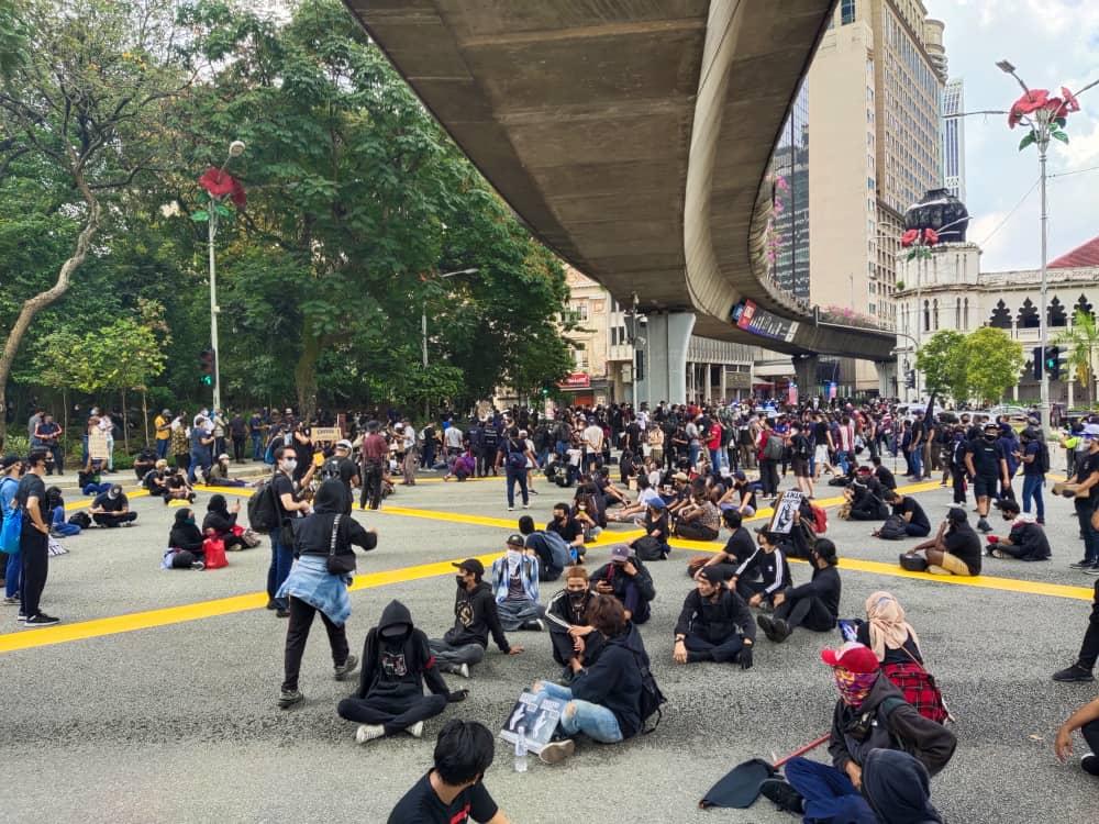 Orang ramai kutuk perhimpunan baju hitam - Kosmo Digital